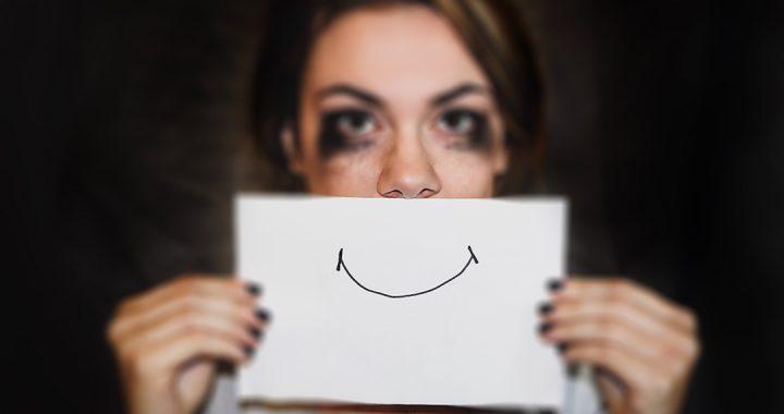 donna triste che sorride
